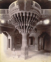 Interior of the Diwan-i-Khas, showing the great central column, Fatehpur Sikri 1003556